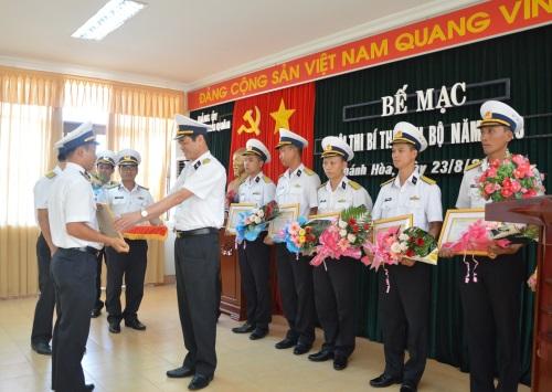 Đại tá Chu Ngọc Sáng trao thưởng cho các cá nhân có thành tích cao trong Hội thi Bí thư chi bộ
